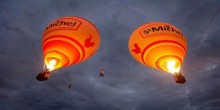 بالفيديو: فرنسي يمشي على حبل مربوط بمنطادين في السماء