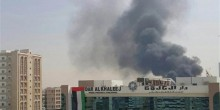 السيطرة على حريق ضخم نشب بمستودع في الشارقة