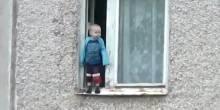 بالفيديو: طفل يكاد يسقط من الطابق السابع