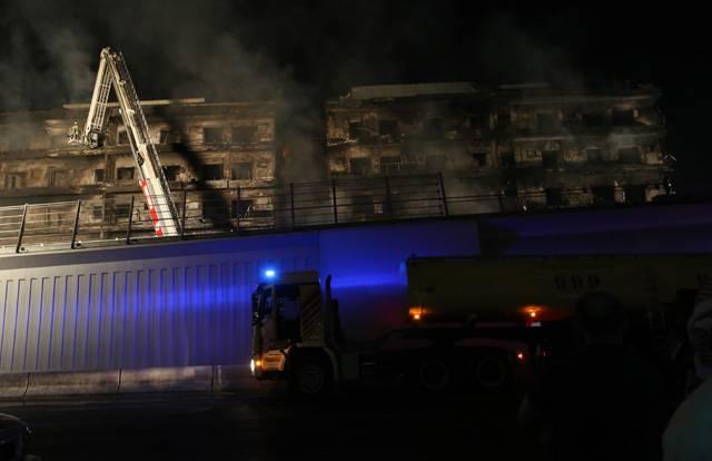 إخماد حريق كبير في منطقة ديرة' مقايل شرطة المرقبات في دبي,23نوفمبر,2015,تصوير عماد علاءالدين