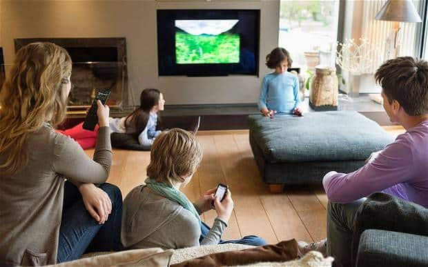 Family_with_TV