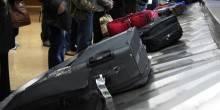 القبض على حمال باكستاني وهو يسرق أمتعة الركاب في المطار