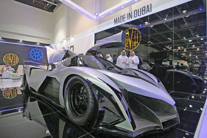 epa03938246 UAE men stand close to The Devel Sixteen, the first supercar built in the UAE, at the Dubai International Motor Show in Dubai, United Arab Emirates, 06 November 2013. 100,000 motoring enthusiasts and motor trade professionals from all over the globe are displaying their new products at the Dubai International Motor Show between 05 and 09 November 2013. EPA/ALI HAIDER +++(c) dpa - Bildfunk+++