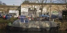 بريطاني يستغل قاربًا قديمًا ليحوله إلى منزل صغير