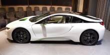 """نسخة باللونين الأبيض والأخضر من سيارة """"BMW i8"""" في أبوظبي"""