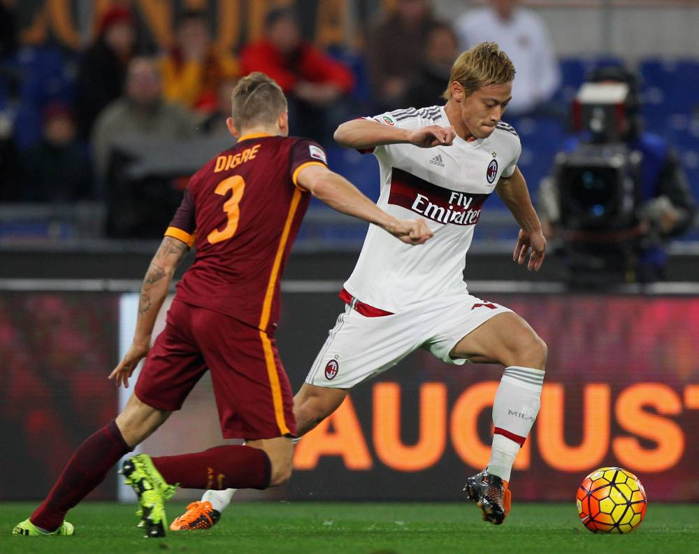 ROME, ITALY - JANUARY 09:  Keisuke Honda (R) of AC Milan competes for the ball with Lucas Digne of AS Roma during the Serie A match between AS Roma and AC Milan at Stadio Olimpico on January 9, 2016 in Rome, Italy.  (Photo by Paolo Bruno/Getty Images)
