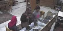 بالفيديو: عملية سرقة مدبرة من طفلة صغيرة وعائلتها