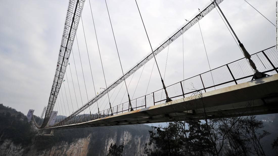 160128103720-03-zhangjiajie-glass-bridge-construction-0127-super-169
