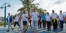 عبد الله بن زايد يقود موظفي الخارجية في فعالية المشي بأبوظبي