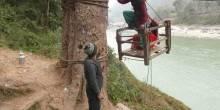 بالصور: أطفال النيبال يسلكون أخطر طريق للذهاب إلى المدرسة