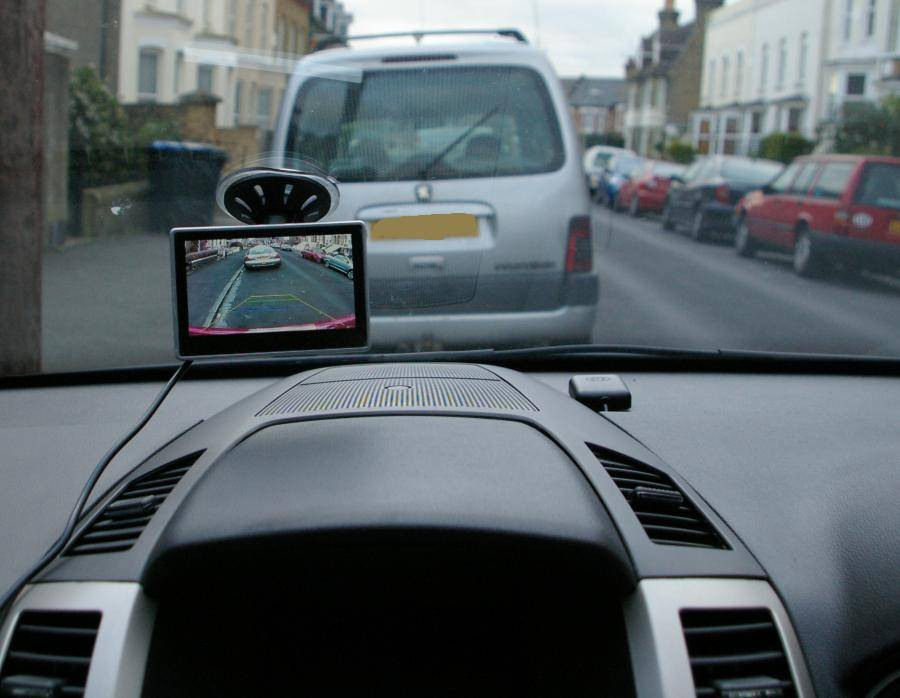 Suction_mount_monitor_on_windscreen_2