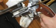 شاب يقتل والدته بالخطأ أثناء تنظيف سلاحه في عرعر