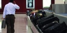 اتهام حمالين في مطار دبي بسرقة أشياء من أمتعة المسافرين