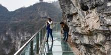 شاهد بالصور رعب الزوار عند المرور من جسر مدينة تونغرن البلوري