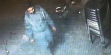 بالفيديو: قاتل يطعن الكلاب بالسكين في الشارع