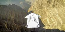 بالفيديو: قفزة حرة مدهشة في إحدى مناطق الجبال في الإمارات