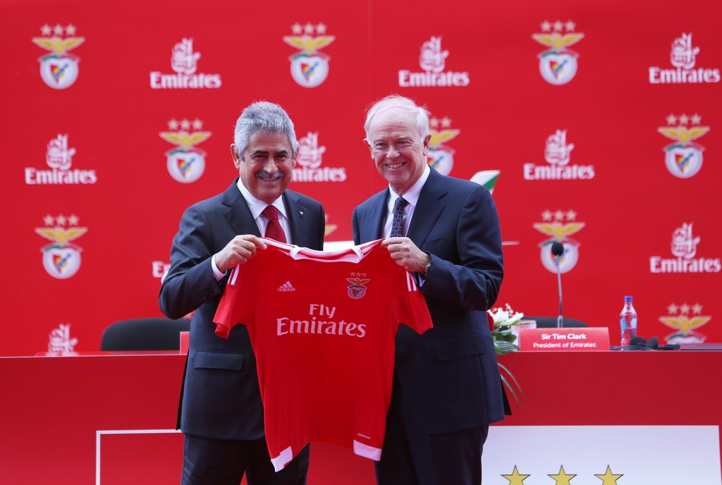 Sir-Tim-Clark_-President-Emirates-Airline-and-Mr.-Luis-Filipe-Vieira_-President-of-SL-Benfica-exchange-gifts-at-official-signing-of-the-new-three-year-deal