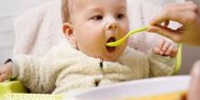 متى بإمكان الرضيع تناول أطعمة مضاف إليها الملح والسكر؟