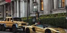 بالصور: ملياردير سعودي يجوب شوارع لندن بموكب سيارات مطلية بالذهب