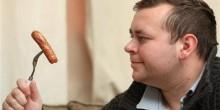 مرض نادر يجعل بريطاني يتناول السجق والبطاطا المقلية فقط منذ 22 عامًا
