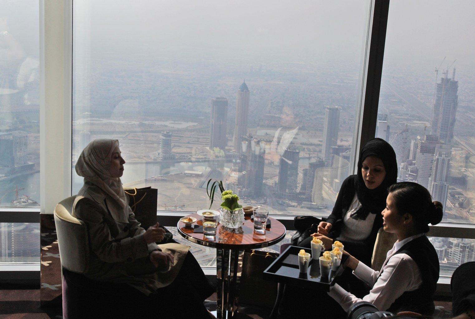 تمتع بغذاء فاخر في جناح أبوظبي على ارتفاع 220 مترًا
