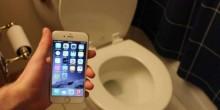 تعرف على مخاطر إدخال الهاتف المحمول إلى الحمام