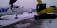 بالفيديو: موظف مطار ينتقم من طرده من العمل بتحطيم طائرة