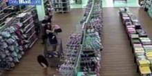 بالفيديو: خمسيني يختطف طفلة من المتجر لاغتصابها