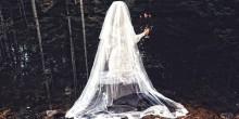 بالفيديو: شبح عروس يمر أمام سيارة امرأة وصديقتها