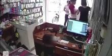 بالفيديو: أم تستخدم طفلها في سرقة هاتف ذكي من درج متجر