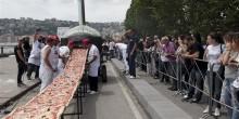 """نابولي تحطم رقم قياسي في """"غينيس"""" من خلال أطول بيتزا في العالم"""