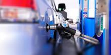 أدنوك تنفي مسؤوليتها في تعبئة السيارات بالوقود خارج محطاتها