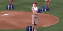 بالفيديو: مضيفات طيران الإمارات يكشفن عن مهاراتهن بملعب البيسبول