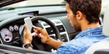 خبراء الإمارات يحذرون من خطورة استخدام الهواتف الذكية عند الإشارة الحمراء