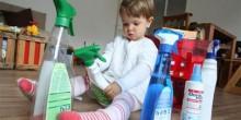 كيف تتصرف إذا ابتلع طفلك المنظفات؟
