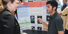 الطالب الإماراتي محمد القرهودي يعرض مشروعه العلمي في واشنطن