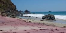 بالصور: شواطئ ساحرة بألوان من عالم الخيال