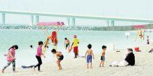شاطئ الكورنيش بأبوظبي شهد إقبالاً كبيرًا أيام العيد