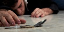إحالة شاب مواطن للجنايات إثر اتهامه بحيازة المخدرات وتسهيل استهلاكها لصديقه المتوفي