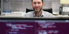 أبوظبي | مهندسون يفحصون الرقاقات الإلكترونية للتأكد من أمانها