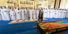بالفيديو | محمد بن راشد يؤدي صلاة الجنازة على جثمان المزينة
