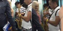 بالفيديو | عازف الساكسفون ينشر السعادة في ميترو دبي