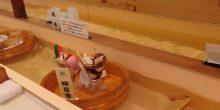 بالفيديو | مطعم ياباني يقدم الأطباق في قوارب صغيرة على الماء