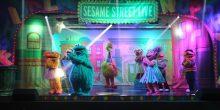 فرقة شارع سمسم تقدم استعراضا غنائيا في مدخل معرض الشارقة الدولي للكتاب