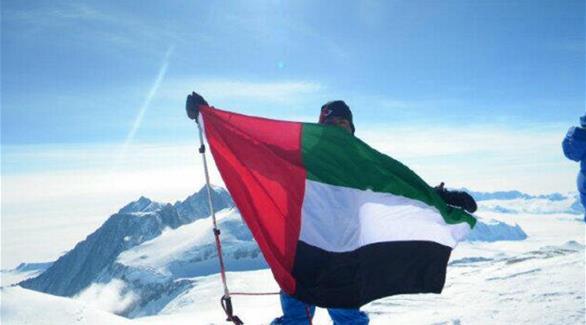 علم الإمارات فوق قمة جبل إيفرست