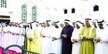 حاكم رأس الخيمة يؤدي صلاة الجنازة على جثمان الفقيد محمد المطوع