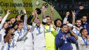 FIFA056. Yokohama (Japan), 18/12/2016.- Real Madrid's captain Sergio Ramos (C) lifts the trophy as his teammates celebrate after winning the FIFA Club World Cup 2016 final between Real Madrid and Kashima Antlers in Yokohama, Japan, 18 December 2016. Real Madrid won 4-2 after extra time. (Mundial de Fútbol, Japón) EFE/EPA/KIYOSHI OTA