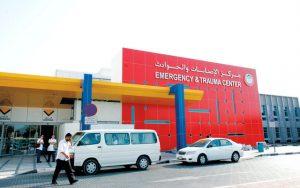 Vehicles parked at the entrance of the Emergency and Trauma Center wing of the Sheikh Rashid Hospital in Dubai, October 8, 2007. Photo by Chandra Balan.    *** Local Caption *** ÚÑÈÇÊ ÊÞÝ ÈÌÇäÈ ãÑßÒ ÇáÇÕÇÈÇÊ æÇáÍæÇÏË ÈãÓÊÔÝì ÇáÔíÎ ÑÇÔÏ ÈÏÈí Ü ÇáÇãÇÑÇÊ ÇáÚÑÈíÉ ÇáãÊÍÏÉ Ü ÇßÊæÈÑÜ 8Ü2007Ü ÊÕæíÑ: ÔÇäÏÑÇ ÈáÇä