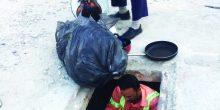 المحيصنة | مجهولون يقومون بتخزين مواد استهلاكية داخل فتحات الصرف الصحي