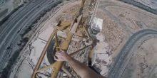 بالفيديو | بريطاني يمشي بين أعلى رافعتين في أبراج قيد البناء في دبي